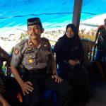 Kepala KUA Kecamatan Mandalle meninggal, Kapolsek Mandalle bersama Personilnya melayat di rumah duka.